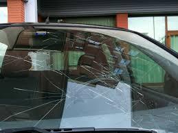 I 3 motivi per cui è meglio non girare mai con il vetro del parabrezza scheggiato